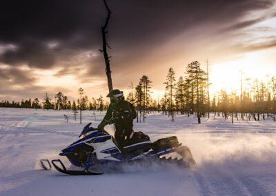 snowmobiles-2035500_1920